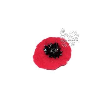 Pipacs nemez és gyöngy kitűző hajékszer, Ékszer, Kitűző, bross, Szerelmeseknek, Ünnepi dekoráció, Dekoráció, Otthon & lakás, Nemezelés, Ékszerkészítés, Szereted a pipacsot? Akkor ezt a pipacs színű nemez virágot neked készítettem!  Közepét üveggyöngyök..., Meska