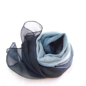 Kék fekete ombré hernyóselyem sál, Táska, Divat & Szépség, Női ruha, Ruha, divat, Estélyi ruha, Selyemfestés, Kék tangó kézzel festett hernyóselyem chiffon/mousseline sál\nEz egy érdesebb szövésű, áttetsző, matt..., Meska