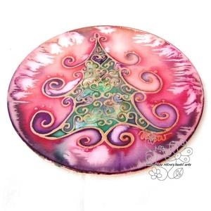 Ünneplőbe öltözött fenyő selyem ablakkép zöld, Otthon & Lakás, Karácsony & Mikulás, Karácsonyi kopogtató, Selyemfestés, Festett tárgyak, Varázskép sorozatom darabjai közül egy ünneplőbe öltözött fenyőfa varázskép...\nSaját zsűriztetett mi..., Meska