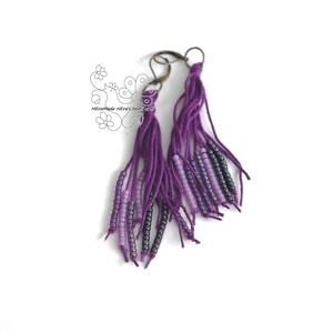 Lila gyöngy rojtos bojt fülbevaló, Ékszer, Fülbevaló, Ékszerkészítés, Gyöngyfűzés, gyöngyhímzés, Textil és gyöngy kollekcióm lila színű darabja.\nBohém rojtos fülbevaló amolyan HErás fazon. Ha szere..., Meska