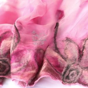 Pink virágos nuno nemez sál, Sál, Sál, Sapka, Kendő, Ruha & Divat, Selyemfestés, Nemezelés, Rózsaszín és pink árnyalatok kombinációja selyem sálon merinó gyapjúval bohém változatban. Gyapjú vi..., Meska