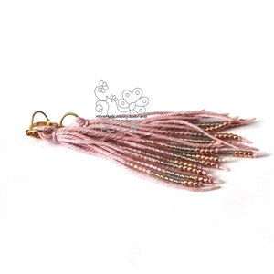 Rózsaszín arannyal gyöngy rojtos bojt fülbevaló, Ékszer, Fülbevaló, Ékszerkészítés, Gyöngyfűzés, gyöngyhímzés, Textil és gyöngy kollekcióm halvány rózsaszín színű darabja. \nBohém rojtos fülbevaló amolyan HErás f..., Meska