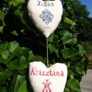 """Házassági kötelék., Nászajándék, Emlék & Ajándék, Esküvő, Hímzés, Varrás, Népies, keresztszemes \""""ember és asszony\"""" mintával díszített dekorációs szívfüzér, mely kedves ajándé..., Meska"""