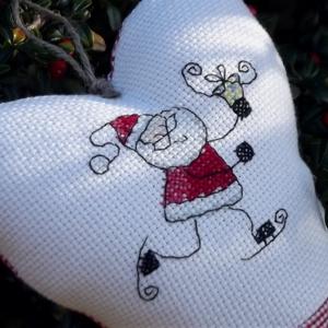 SKATIN\' SANTA. Szív alakú függődísz ajtóra/ablakra, Otthon & Lakás, Karácsony & Mikulás, Mikulás, Varrás, Hímzés, Kedves Mikulásváró lakás/iroda/osztányterem-dekoráció.\n\nKeresztszemes kép díszíti.\n\nSzilikonos PE tö..., Meska