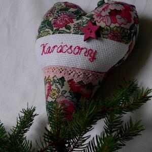 XMAS FLOWERS. Ajtó/ablakdísz., Karácsonyi kopogtató, Karácsony & Mikulás, Otthon & Lakás, Varrás, Hímzés, 20 cm magas, romantikus csipkével, \n\nformabontó színvilágban.\n\nSzilikonos töltet., Meska