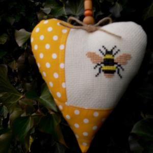 HAPPY BEE. Szív alakú függődísz., Függődísz, Dekoráció, Otthon & Lakás, Varrás, Hímzés, Kedves dekoráció a méhek és a természet szerelmeseinek :)\n\nMérete: 18 cm magas.\n\nA hímzés édesanyám ..., Meska