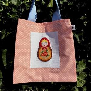 HAPPY SPRING. Matrjoskás tízórais-uzsonnás mini-shopper., Shopper, textiltáska, szatyor, Bevásárlás & Shopper táska, Táska & Tok, Varrás, Hímzés, Vidám-romantikus kis  mini-shopper\n\nA keresztszemes hímzéssel készített matrjoska baba édesanyám kez..., Meska