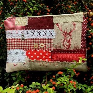 BERGEN. Karácsonyváró szarvasos patchwork neszi skandináv stílusban., Otthon & Lakás, Karácsony & Mikulás, Karácsonyi csomagolás, Patchwork, foltvarrás, Újrahasznosított alapanyagból készült termékek, A slow stitching, azaz a kézi öltések jegyében készült körülbelül 5-6 órás munkával.\n\nPuha, egy réte..., Meska
