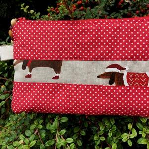 FESTIVE DOGS. Ünnepváró neszeszer vagy tolltartó., Karácsony & Mikulás, Karácsonyi csomagolás, Varrás, Kedves trendi darab.\n\nPuha, egy réteg vatelinnel bélelt,\n\nmérete 24 x16 cm.\n\n30 fokon kifordítva mos..., Meska