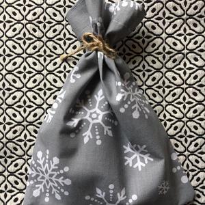 GREY SNOWFLAKES. Ünnepi ajándékátadó zsákok./ 2 db-os szett, Karácsony & Mikulás, Karácsonyi csomagolás, Varrás, Egyedi ajándék - átadó zsákocskák; \n\nbeleférnek a Mikulásra/karácsonyra szánt csokik,apróbb ajándéko..., Meska