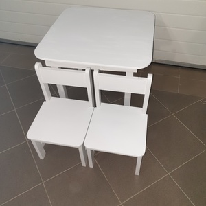 Asztal és szék egyszínű világoskék , Otthon & lakás, Bútor, Asztal, Gyerek & játék, Gyerekszoba, Famegmunkálás, Festészet,  Asztal és székek.  Más színben is  kapható. \nAz aukció tárgya 1 db asztal és hozzá 2db szék\nFenyő a..., Meska