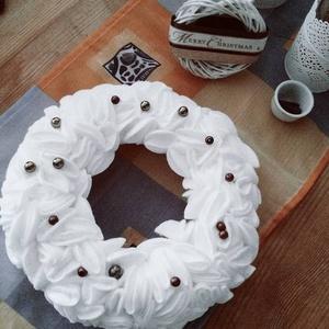 Téli, egyedi minimál koszorú, Otthon & lakás, Karácsony, Lakberendezés, Ünnepi dekoráció, Dekoráció, Karácsonyi dekoráció, Lakástextil, Koszorú,  Egyedi, téli, meleg érzetet sugárzó szépség  20 cm es koszorú korongokkal díszítve a gyöngyöket bár..., Meska