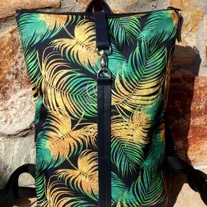 Zöld- aranybarna-fekete mintás vízálló hátitáska- kék valódi bőrrel - nagyobb méretben, Táska & Tok, Hátizsák, Roll top hátizsák, Sötétkék marhabőrrel illetve fekete alapon zöld, aranybarna tollmintás vízlepergető gyöngyvászonnal ..., Meska