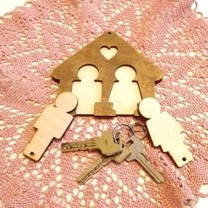 Páratlan páros kulcstartó, Otthon & lakás, Lakberendezés, Tárolóeszköz, Dekoráció, Ünnepi dekoráció, Szerelmeseknek, Festett tárgyak, Dió lazúrral festett fa tároló. Falra rögzíthető.\nÖtletes és praktikus ajándék névnapra, szülinapra,..., Meska