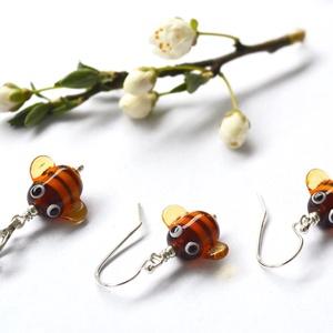 ZÜMI TESÓK, lámpagyöngy méhecske fülbevaló és lánc, Ékszer, Fülbevaló, Ötvös, Üvegművészet, Saját készítésű lámpagyöngyökből, ezüst kiegészítőkkel készült ez a vidám füli és medál szett, mely ..., Meska