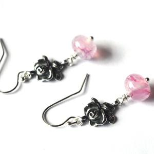 LADY ROSE, lámpagyöngy fülbevaló, Ékszer, Lógós fülbevaló, Fülbevaló, Saját készítésű, márványos pink lámpagyöngyök, és antikolt rózsás ezüst szerelékek felhasználásával ..., Meska
