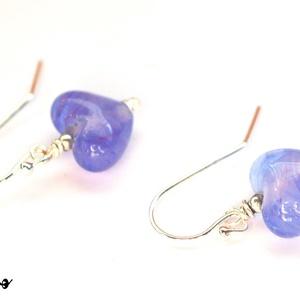 LILA SZIVECSKÉK, lámpagyöngy fülbevaló ezüsttel, Lógó fülbevaló, Fülbevaló, Ékszer, Üvegművészet, Újrahasznosított alapanyagból készült termékek, Klasszikus szív formájú fülbevaló anyagában mintás kékes-lilás-pinkes üvegből.\n\nA szívek magassága k..., Meska