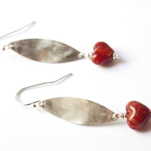 MONPTI,  lámpagyöngy fülbevaló ezüsttel, Ékszer, Fülbevaló, Lógó fülbevaló, Üvegművészet, Újrahasznosított alapanyagból készült termékek, A fülbevalót saját készítésű, anyagában mintás, pirosas lámpagyöngyök és ezüst alkatrészek felhaszná..., Meska