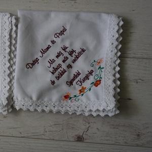 Hímzett keszkenő - szülőköszöntő nagymamamának, nagypapának, Szülőköszöntő ajándék, Emlék & Ajándék, Esküvő, Hímzés, Hímzett szülőköszöntő keszkenő. Fehér vászonanyagra, csipke szegéllyel. \nA hímzés szövege (maximum 4..., Meska
