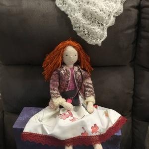 Horgolt öltöztetős baba, Játék & Gyerek, Baba & babaház, Öltöztethető baba, Horgolás, 46 cm magas, öltöztethető baba arany színű dobozban. Öltözéke: két ruha, egy cippzáros kardigán, als..., Meska