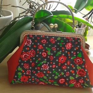 piros rózsák, Táska, Varrás, Kézitáska minden alkalomra. Ez a cukiság Bársony és textilbőr kombinálásával készült. A táska bélés..., Meska