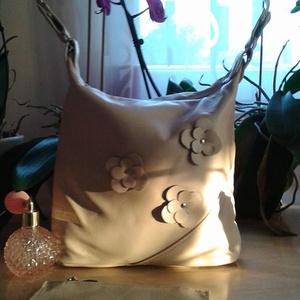 krém virágok, Táska, Válltáska, oldaltáska, Pénztárca, tok, tárca, Bőrművesség, Varrás, A táska újrahasznosított marhabőrből készült. A táska bélése rózsaszín alapon fehér pöttyös vászon...., Meska