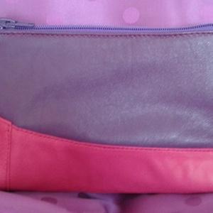lila-pink piperetáska, Táska, Táska, Divat & Szépség, Neszesszer, Bőrművesség, Varrás, A piperetáska lila és pink juh nappa bőrből készült, A táska hátsó rész egyszínű lila. A terméket sz..., Meska