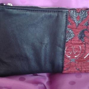 barokk piperetáska, Táska, Táska, Divat & Szépség, Neszesszer, Bőrművesség, Varrás, A piperetáskát fekete bőrből és szürkés alapon bordó mintás kárpit anyagból készítettem. A táskát sz..., Meska
