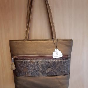 Bronz virágok táska1, Táska, Divat & Szépség, Táska, Válltáska, oldaltáska, Bőrművesség, Varrás, Ezt a táskát kétféle textilbőr kombinálásával készítettem, pamutvászon anyaggal béleltem. A táska eg..., Meska