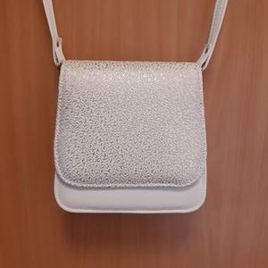 Saci fehér-ezüst alkalmi kis táska, Táska, Divat & Szépség, Táska, Válltáska, oldaltáska, Bőrművesség, Ezt a táskát fehér és fehér alapon ezüst mintás textilbőrök kombinálásával készítettem, világos szür..., Meska