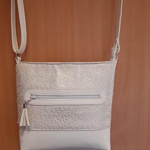 fehér-ezüst kisvödör táska, Táska, Divat & Szépség, Táska, Válltáska, oldaltáska, Bőrművesség, Varrás, Ezt a táskát kétféle textilbőr kombinálásával készítettem . A táskának egy nagy cipzáras zsebe van, ..., Meska