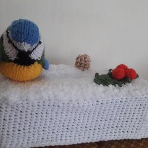 Cinege a hóban   zsebkendőtartó, Otthon & lakás, Lakberendezés, Tárolóeszköz, Doboz, Horgolás, Kötés, Saját tervezésű horgolással és kötéssel készült papírzsebkendő tartó./Kozmetikai kendő/.Zsebkendő né..., Meska