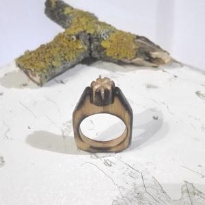 Virágos fa gyűrű, Ékszer, Gyűrű, Ékszerkészítés, Famegmunkálás, Egyedi kézzel készült fa gyűrű.\nA virág része különálló, be van szorítva és beragasztva.\nLakkozva! \n..., Meska
