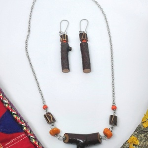 Narancsos ágacska szett, Ékszerszett, Ékszer, Ékszerkészítés, Újrahasznosított alapanyagból készült termékek, Egyedi , kézzel készült fa nyaklánc és fülbevaló. Fiatalos, könnyed kiegészítő lehet nyárra.\nA fa rè..., Meska