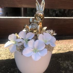 Arany nyuszis asztaldísz, Otthon & Lakás, Dekoráció, Asztaldísz, Virágkötés, Fehér kaspóban, arany színű nyuszi figura, körülötte fehér selyemvirág, zuzmó illetve arany termések..., Meska