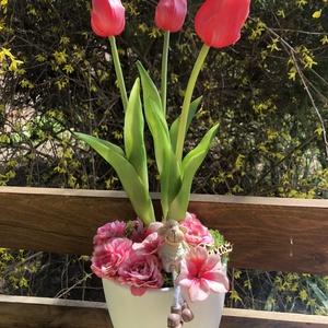 Tulipános tavaszi asztaldísz, Otthon & Lakás, Dekoráció, Asztaldísz, Virágkötés, Fehér kaspóban, élethű gumi tulipános asztaldísz, selyemvirágokkal, kerámia báránykával., Meska