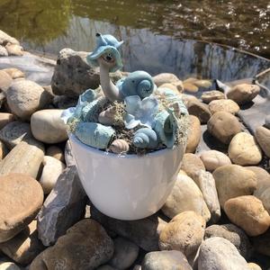 Csigusz asztaldísz, Otthon & Lakás, Dekoráció, Asztaldísz, Kerámia kaspóba készült asztaldísz, központi eleme ez a tündéri csiga figura kalapban, körülötte kék..., Meska