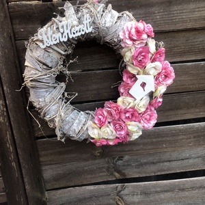 Romantikus ajtódísz, Otthon & Lakás, Dekoráció, Ajtódísz & Kopogtató, Virágkötés, Különleges koszorúalapra került fehér és rózsaszín selyemvirág illetve fa kiegészítők.\nMéret : kb 29..., Meska