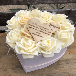 Szülőköszöntő virágbox, Otthon & Lakás, Dekoráció, Asztaldísz, Szív alakú box polifoam rózsákkal és egy fa táblával. , Meska