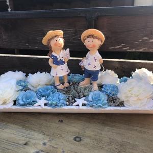 Tálcás asztaldísz, Otthon & Lakás, Dekoráció, Asztaldísz, Fa tálcán nyári kerámia figurák, virágokkal és szárazterméssel. Kb 38cm , Meska