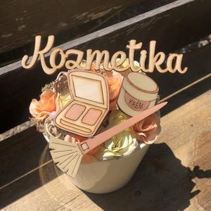 Kozmetika asztaldísz, Otthon & Lakás, Dekoráció, Asztaldísz, Kerámia kaspóban kozmetikai kiegészítők fából illetve selyemvirágok. Akár ajándékba kedvenc kozmetik..., Meska