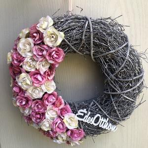 Rózsás kopogtató, Otthon & Lakás, Dekoráció, Ajtódísz & Kopogtató, 30cm-es különleges alapra készült ajtódísz, félig bedíszítve selyemrózsa fejekkel, édes otthon felir..., Meska