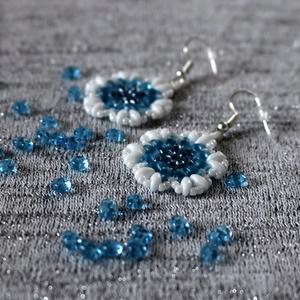 Akvamarin-kék virág fülbevaló, Ékszer, Fülbevaló, Dekoráció, Otthon & lakás, Ünnepi dekoráció, Ékszerkészítés, Gyöngyfűzés, gyöngyhímzés, Kis csillagvirág formájú, hossza kb. 4 cm, 3 cm széles, kerek, superduo gyöngyös fülbevaló.\n\n Az akv..., Meska