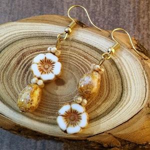 Romantikus virág 1 fülbevaló, Ékszer, Fülbevaló, Szerelmeseknek, Ünnepi dekoráció, Dekoráció, Otthon & lakás, Anyák napja, Ékszerkészítés, Gyöngyfűzés, gyöngyhímzés, Romantikus, virágot kedvelő hölgyeknek ajánlott ez az egyszerű bájos szépség :)\n\nCseh table cut gyön..., Meska