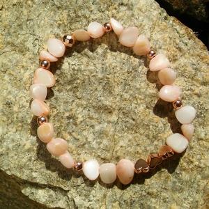 Rózsa illata karkötő, Ékszer, Karkötő, Finomságánál fogva a rózsára emlékeztet ez a kedves kis karkötő.  Világos rózsaszín korall chipseket..., Meska