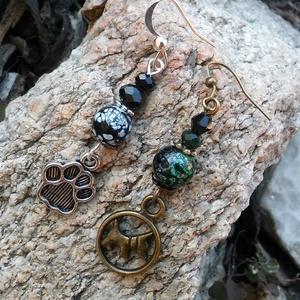 Tappancsok fülbevaló, Ékszer, Fülbevaló, 8 mm-es zöld-fekete árnyalatú üveggyöngyökből és hozzá színben illő donut gyöngyökből készült fülbev..., Meska