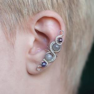 Labradorit drótozott fülgyűrű, Fülgyűrű, Fülbevaló, Ékszer, Ötvös, Ékszerkészítés, Labradorit kristályokból és ezüstözött drótból készült fülgyűrű. \n\nHossz: kb. 35mm\n\nA fülgyűrűk vise..., Meska