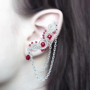 Vörös drótozott ezüst fülgyűrű, Fülgyűrű, Fülbevaló, Ékszer, Ötvös, Ékszerkészítés, Vörös üveggyöngyökből és ezüstözött drótból készült fülgyűrű lánccal.\n\nA bal fülre készült a lánc mi..., Meska