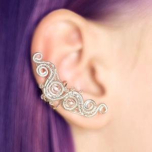 Drótozott ezüst fülgyűrű, Ékszer, Fülbevaló, Piercing, testékszer, Ötvös, Ékszerkészítés, Átlátszó üveggyöngyökből és ezüstözött drótból készült fülgyűrű.\n\nHossz: kb. 40mm\n\nA fülgyűrűk visel..., Meska