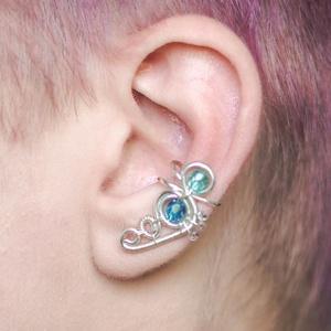 Kék és ezüst drótozott fülgyűrű, Fülgyűrű, Fülbevaló, Ékszer, Ötvös, Ékszerkészítés, Kék üvegkristályokból és ezüstözött drótból készült fülgyűrű. \n\nA fülgyűrűk viseléséhez nem szüksége..., Meska
